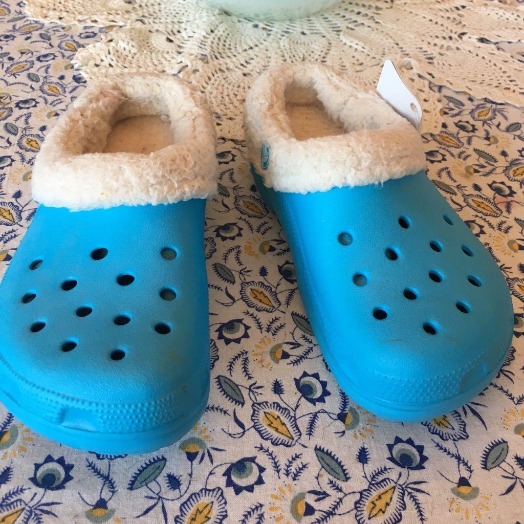 NWT kids size 2-4 Crocs fur lined blue
