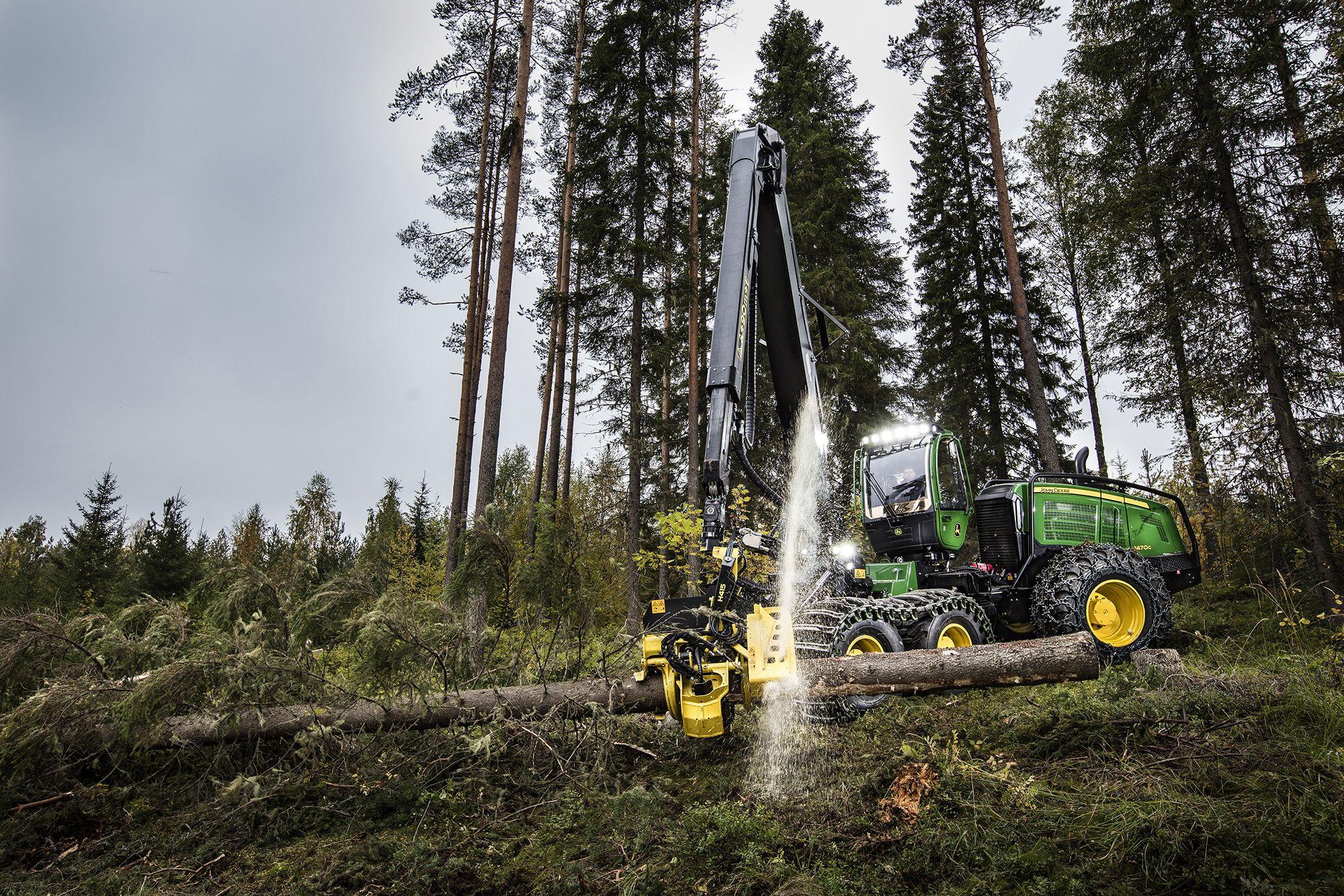 Procesadora forestal #JohnDeere 1470G con cabina giratoria y nivelable y motor FT4, cortando un tronco a medida