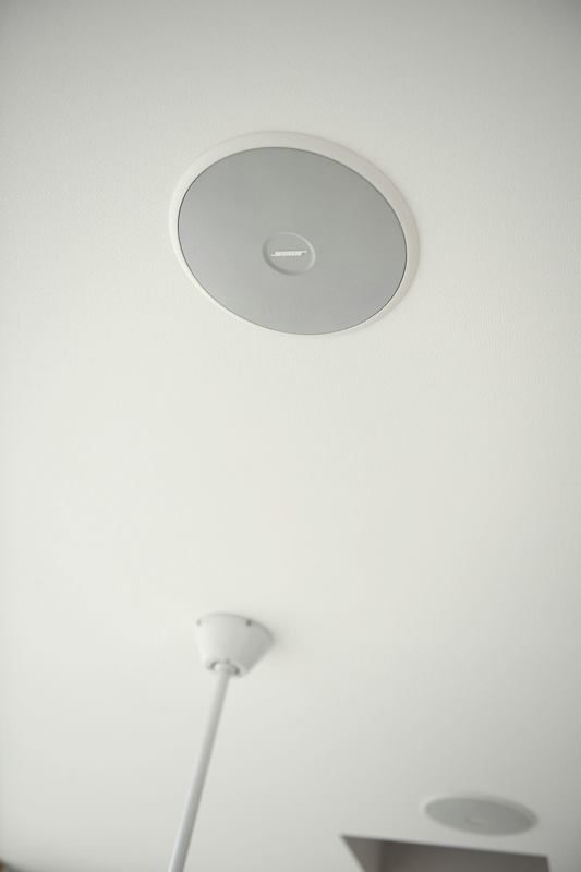 S邸の吹き抜けにboseの天井スピーカーを取り付けました オーディオに詳しいヤマギシ電設さんがいろいろとアドバイスをくれました 実際に視聴してみたのですが空から音が降りて