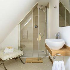 une salle de bain sous pente ou sous combles en 52 photos