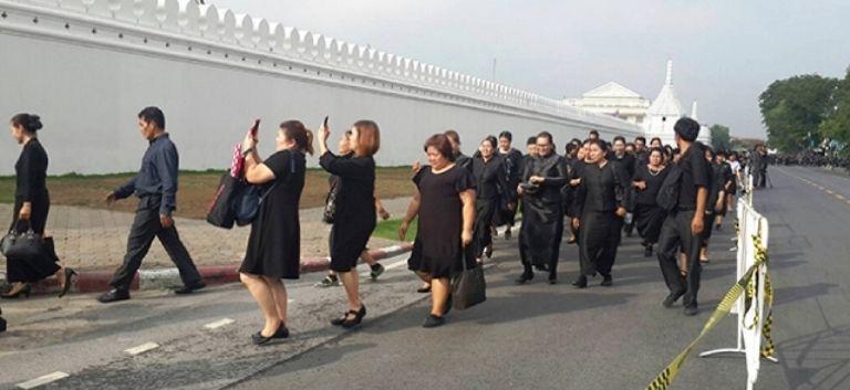 nog steeds duizenden mensen langs het graf van de overleden koning van Thailand.