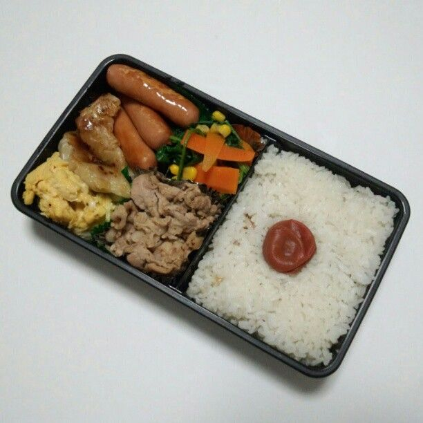 "@syunsui's photo: ""今日のオヤジ弁当、豚肉の生姜焼き+小松菜と人参の炒め物+玉子焼き+餃子+ウインナーと盛りだくさん。餃子は、冷凍商品を使いました。"""