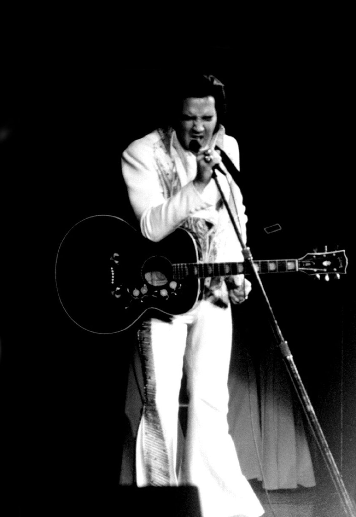 ELVIS ON STAGE IN 1974