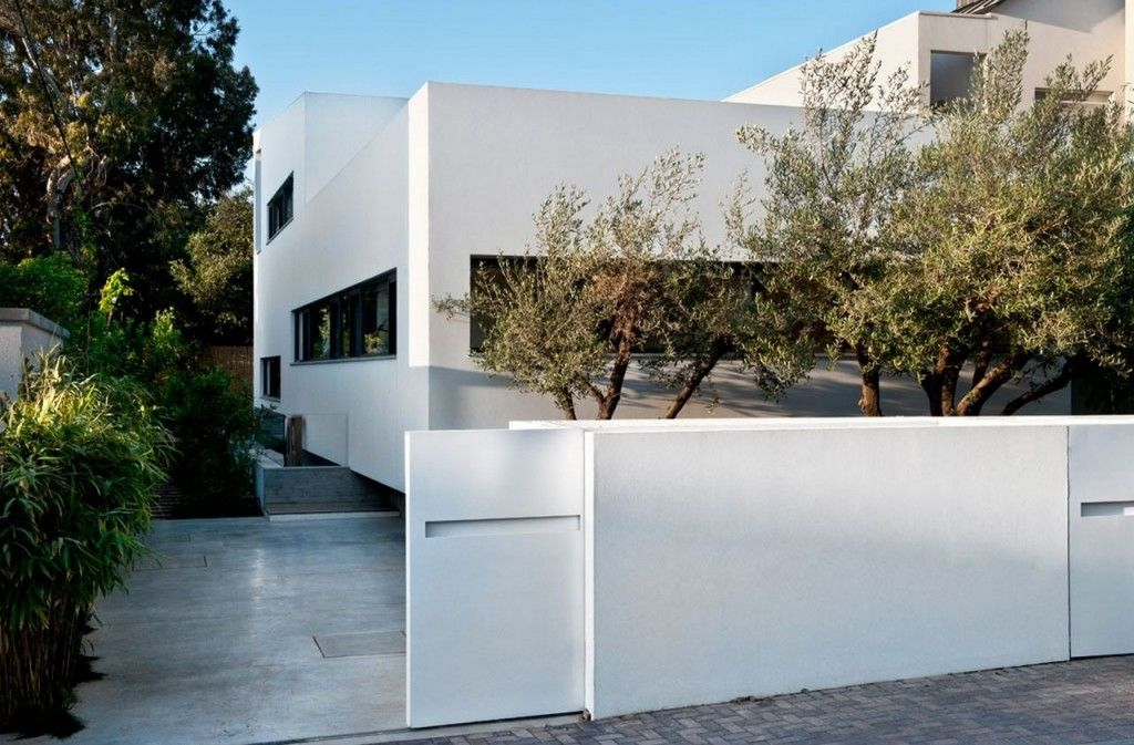 Villa modern stucco home with white wall painting ideas for Exquisit grundriss modern