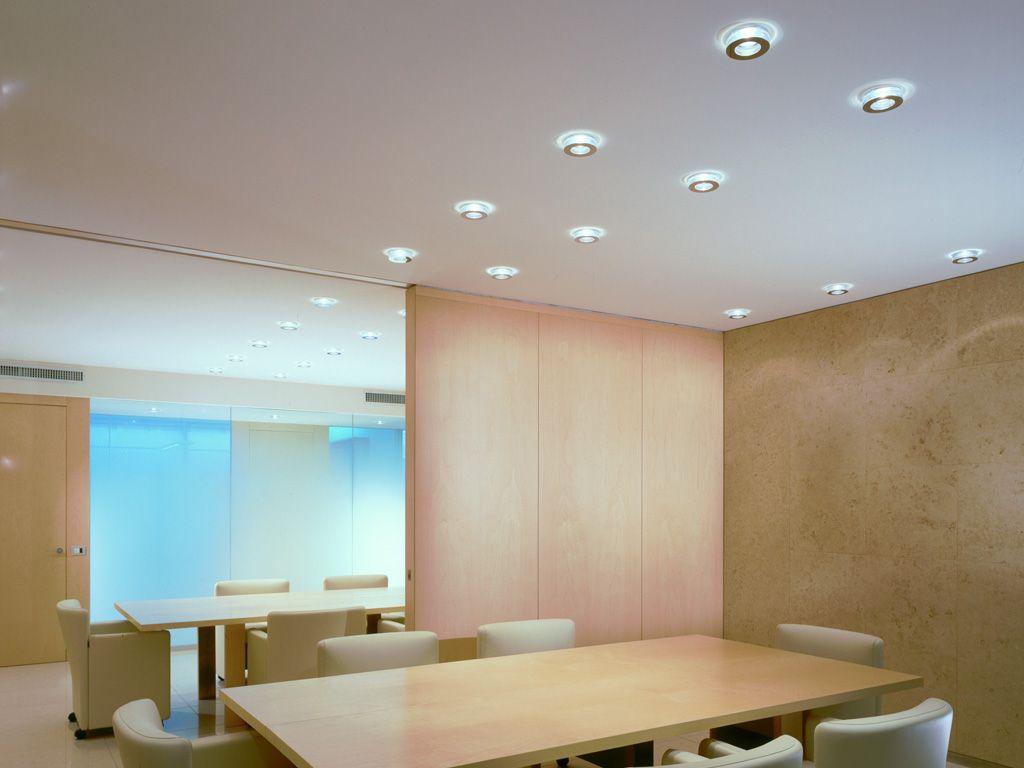 La sala conferenze di un ufficio illuminata da faretti led for Faretti a incasso