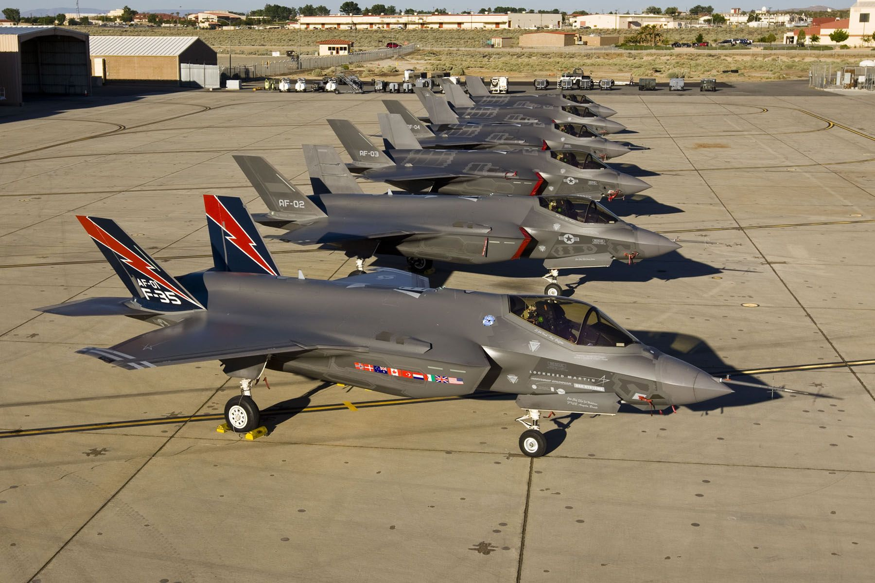 F-35_of_United_States_Air_Force_Lined_Up.jpg (1800×1200)