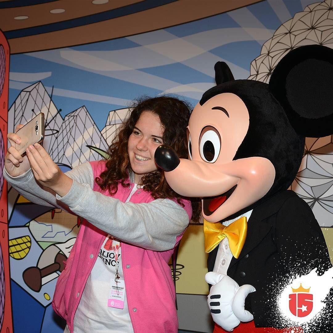 #momentoEnjoy15 es tu selfie con los personajes!  #mickey #waltDisneyWorld #epcot #enjoy15 #transatlantica