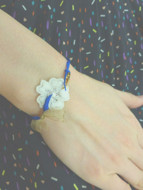 <ブルービンテージ リボン & 花モチーフ ブレスレット♪>ブルーの日本製ビンテージリボンと、お花モチーフ、ゴールドのシフォンリボンを組み合わせた、ブレスレッ...|ハンドメイド、手作り、手仕事品の通販・販売・購入ならCreema。