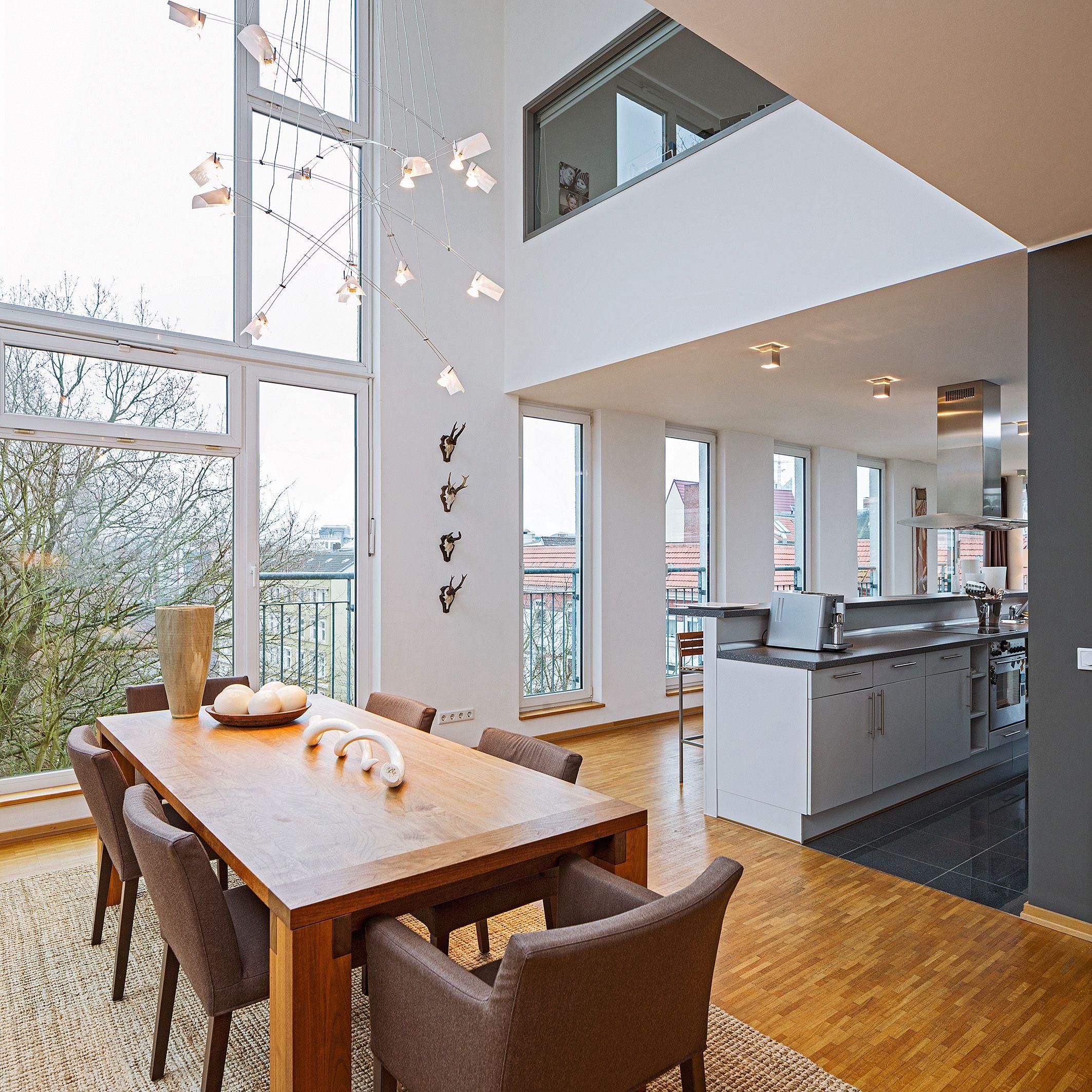 Wohnzimmer des modernen interieurs des hauses wunderschöne loftartige wohnung in hamburg  hohe decken  offene