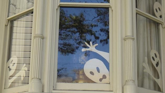 Easy DIY Halloween home decor ideas with ghosts, bats and spiders - halloween window ideas