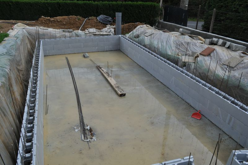 montage des murs de la piscine piscine en blocs polystyr ne la piscine montage et piscines. Black Bedroom Furniture Sets. Home Design Ideas