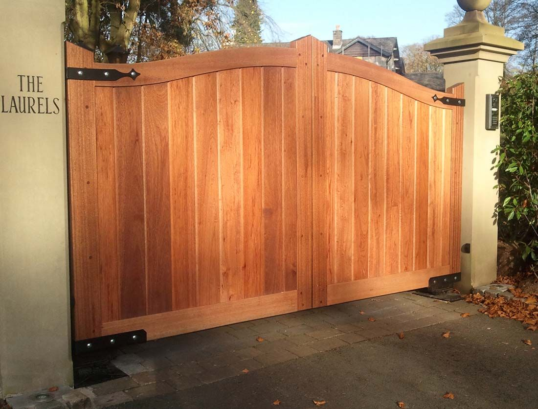 Garden decor creative timber wooden driveway gate for your