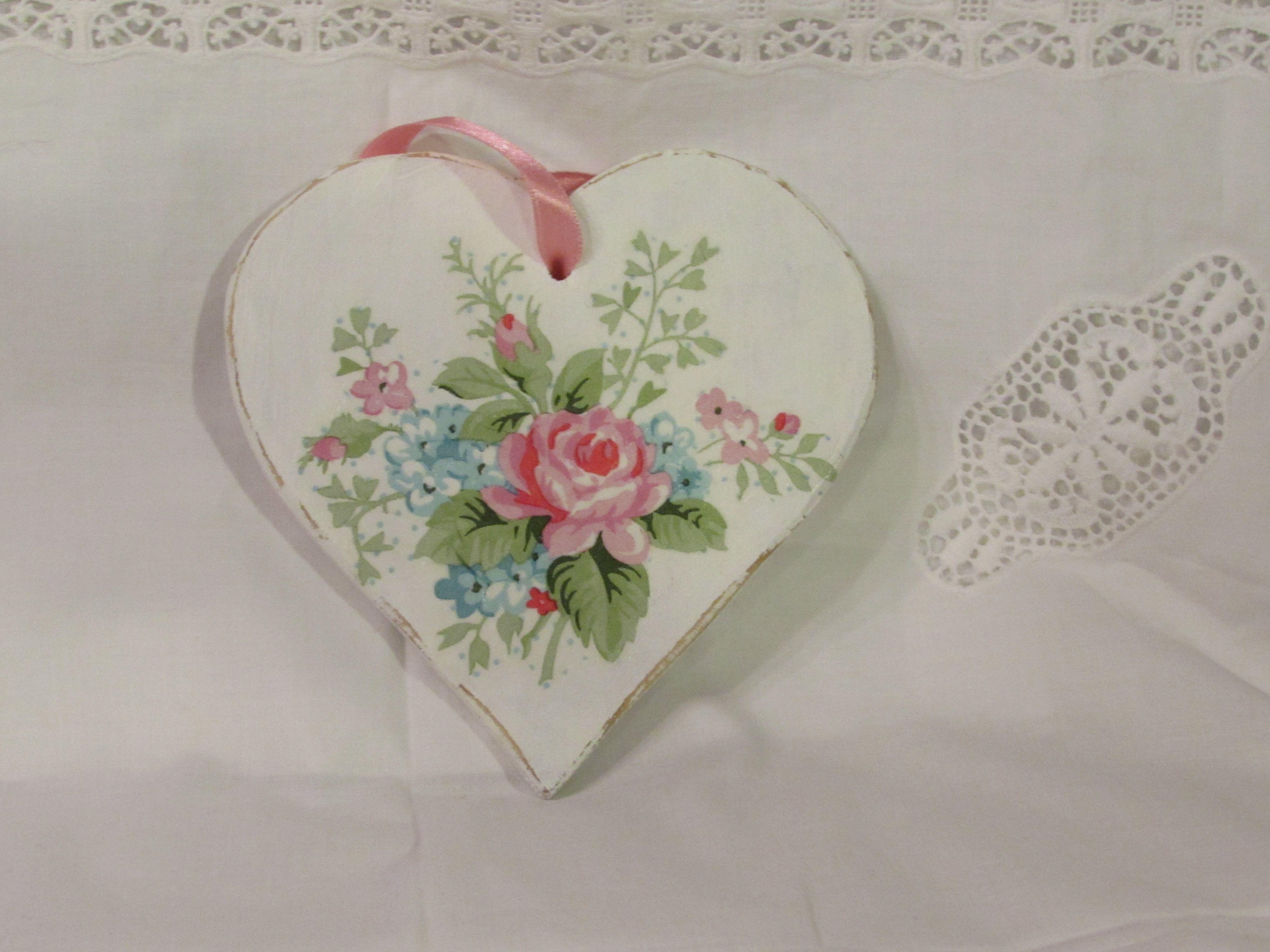 Sydän koriste seinälle kauniilla kukkasomisteella.