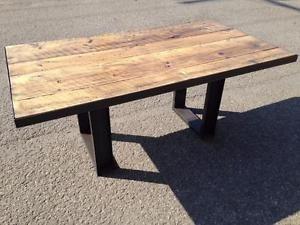 Table en bois de grange et pied en acier | Table de jardin ...