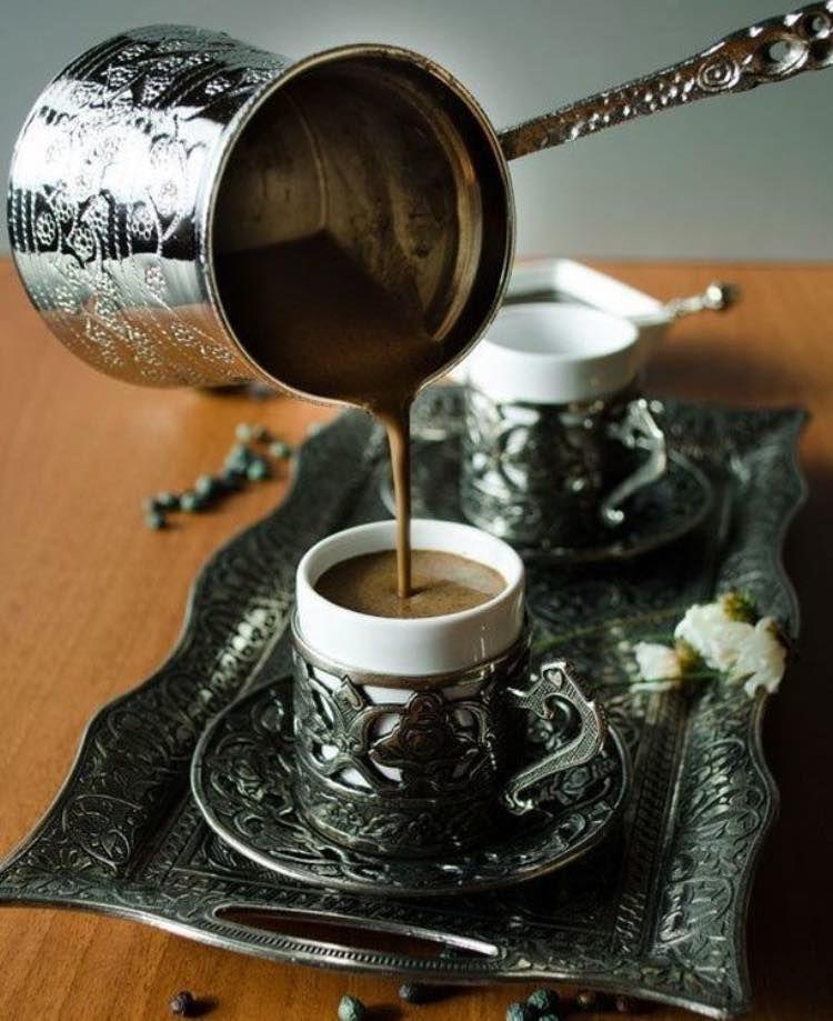 """Türk kahvesi ssa iguaria turca é preparada com pó de café finamente moído (preferencialmente brasileiro!) e água fria dentro de um recipiente de metal chamado """"cezve"""" (pron. djezve). Para um café mais cremoso, ao levantar a primeira fervura, coloca-se um pouco na xícara (fincan – pron. findjan). Após a terceira fervura, coloca-se todo o café no fincan e está pronto para saborear. Bebe-se até sentir o pó ao fundo do fincan. Afiyet olsun!"""