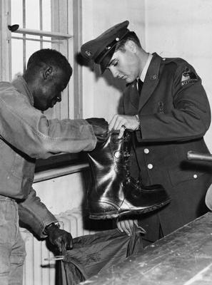 Elvis recebendo botas de borracha na unidade dele em Friedberg, Alemanha, em 2 de outubro de 1958.