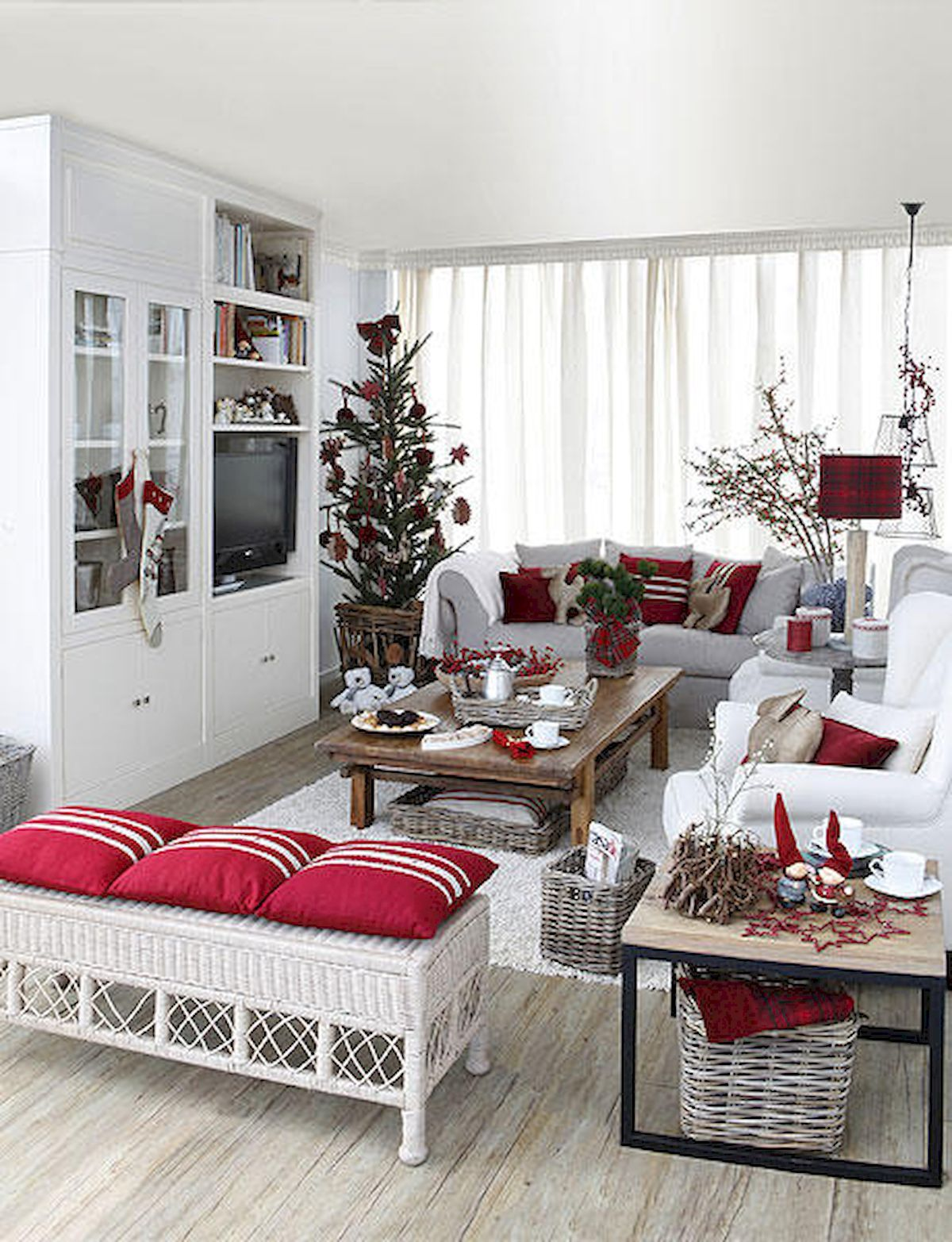 40 Cheap and Easy Christmas Decorations for Your Apartment