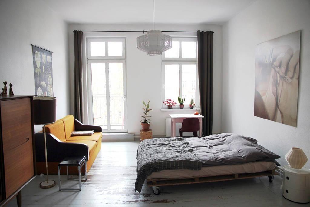 Einrichtungsbeispiel für dein WG Zimmer großes Bett Sofa in gelb