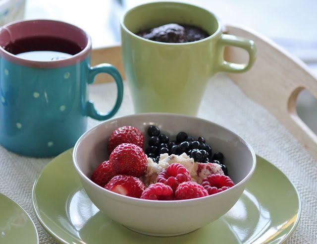 Huvilaelämää ja mökkiruokaa: Suklaakakku mikrossa tuoreiden marjojen ja jäätelön kera
