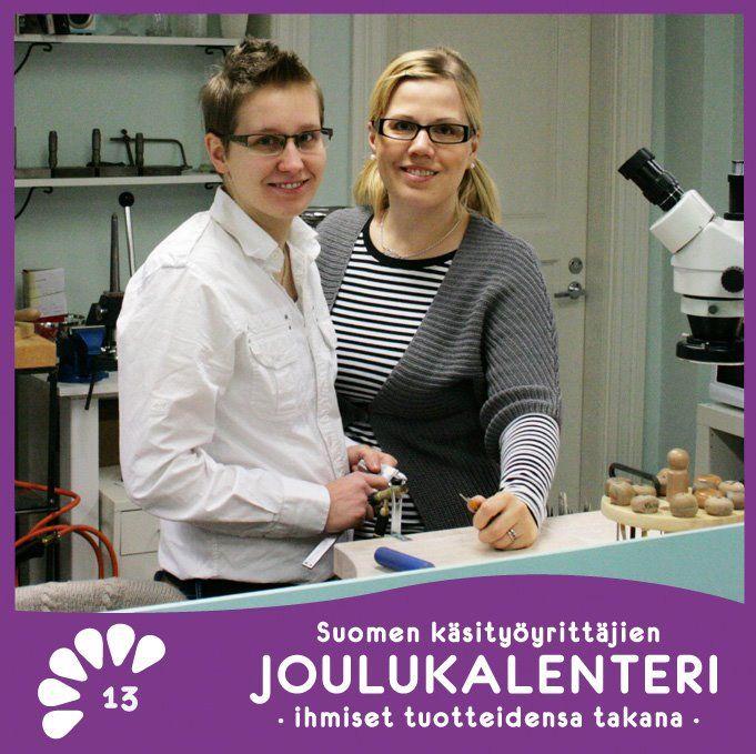Olemme kultaseppänaiset Sanni Jakoleff ja Kaisa Juhola Raumalta.  Yrityksemme on Kultasepänverstas CaiSanni ja teemme käsityönä perinteisin kultasepän työmenetelmin sormuksia ja muita koruja sekä kaiverruksia ja korjaustöitä. Verstasmyymälämme tuotevalikoima koostuu ainoastaan itse suunnittelemistamme ja valmistamistamme koruista. Muotokielemme on melko klassinen ja naisellinen.    >> Lue lisää :: https://www.facebook.com/Suomenky