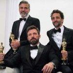 George Cloney, Ben Affleck y Grant Heslow, productores de 'Argo', posan con el Oscar a Mejor Película (Matt Petit / ©A.M.P.A.S.)