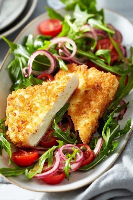 Für dieses Gericht lassen wir glatt die Fleischbeilage stehen: cremig würziger Käse umhüllt von knuspriger Panade ist so grandios, dass wir einfach nicht widerstehen können. #vegetarisch #käse #feta #salat #lowcarb #vegetarischerezepte
