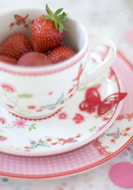 Serve your fruit in tea cups at your next tea party super cute