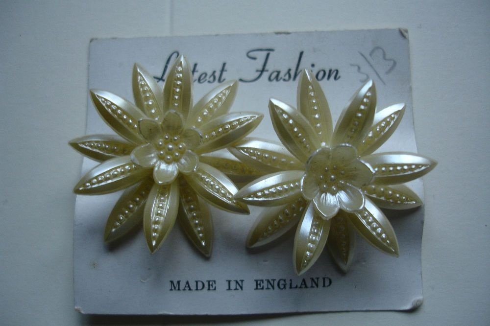 VINTAGE  1950's  CLIP ON EARRINGS on  original card