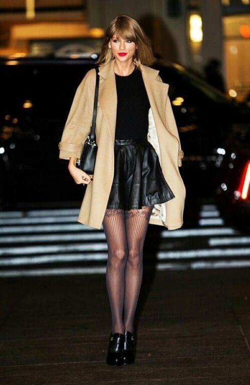 particolarità abbinamento nero crema; contrasto tra gonna in pelle e camoscio della giacca
