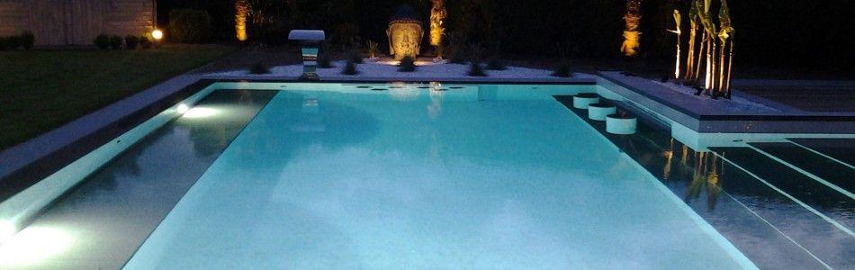 La piscine avec une plage immergée en béton armé monobloc Nice