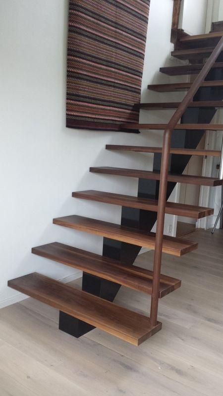 Midtvangetrapp med trinn i valnøtt   Center string stair Walnut steps