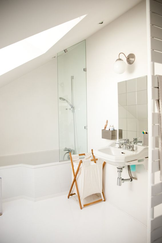 White bathroom fifties washbasin Salle de bain blanche lavabo années