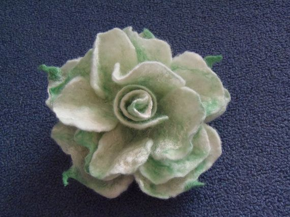 Gefilzte Brosche. Filz Blume Pin. Weiße Rose von WoolFeltArt, $15.00