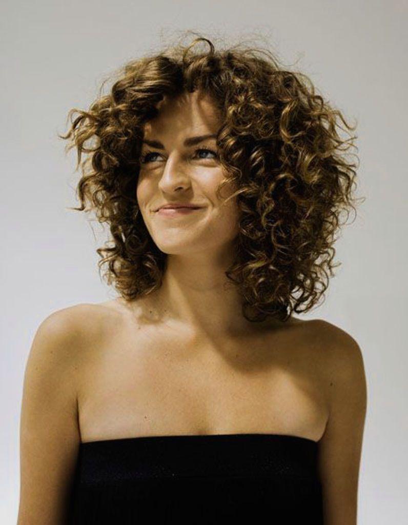 Resultat De Recherche D Images Pour Coiffure Cheveux Frises Mi Long Attaches Medium Hair Styles Medium Length Curly Hair Curly Hair Styles Naturally