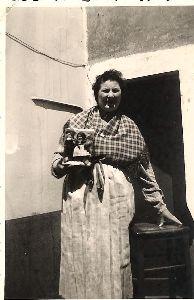 Oud Ijslandvaarder Georgine Nieuwenhuyse  met de poppetjes in klederdracht die werden aangeboden aan Prinses Paola, 13/06/1959. Oostende