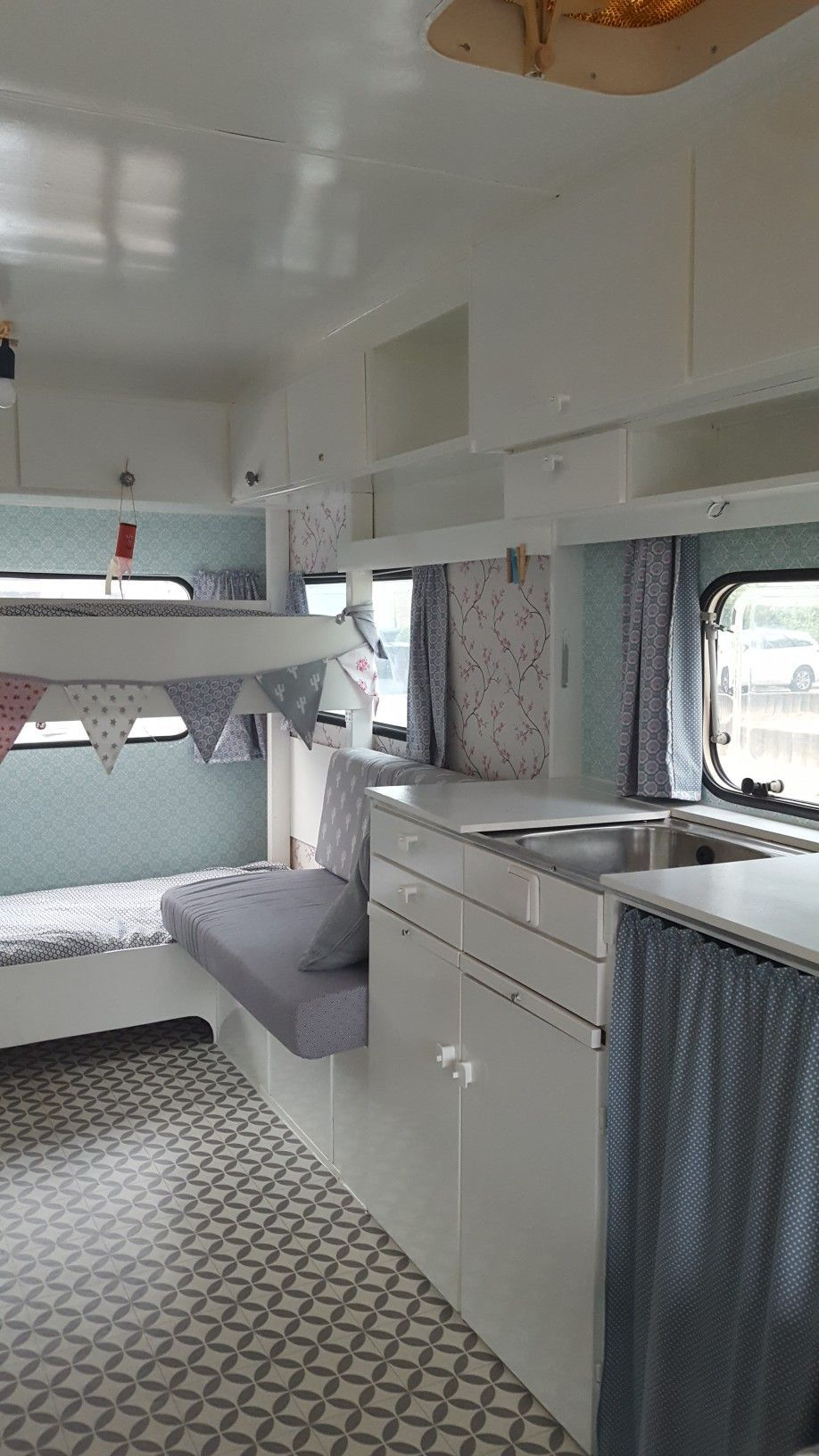 pingl par boisseau sur caravane relooking pinterest caravane relooking caravane et roulotte. Black Bedroom Furniture Sets. Home Design Ideas