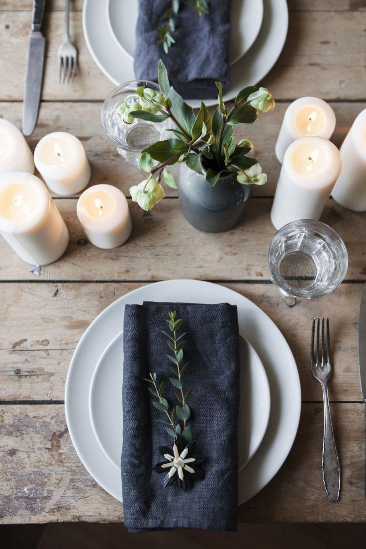 Tischdekoration mit dunklen Leinentischdecken. Dekoration zu Weihnachten. #tischeindecken
