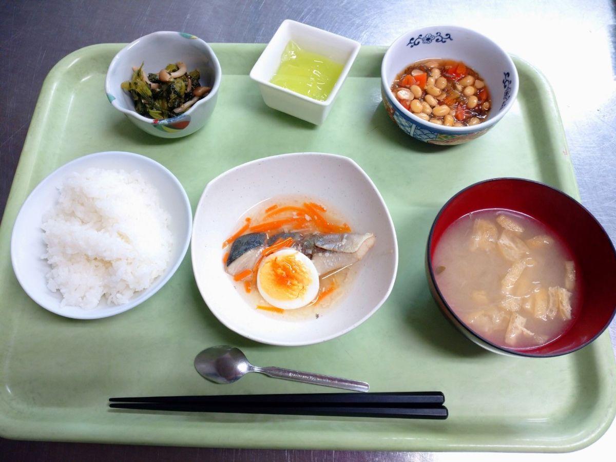 ごはん、味噌汁、ぶりの薄くず煮、大豆と昆布の煮物、青梗菜のおかか和え、マスカットゼリーでした!