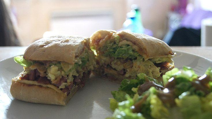 Sandwich Bacon    Un peu de temps pour se faire un bon petit encas rapide un midi ? Ce sandwich est délicieux et gourmand.