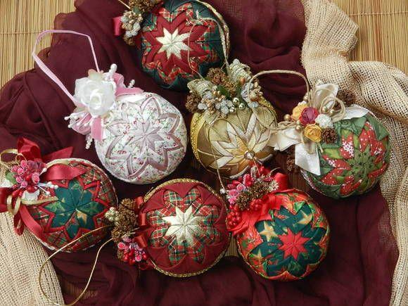 Bolas de isopor revestidas com tecido para decoração de Natal. Todas com lindo acabamento com flores e/ou azevinhos. Bolas com 25cm de circunferência Estampas sob consulta R$ 38,00