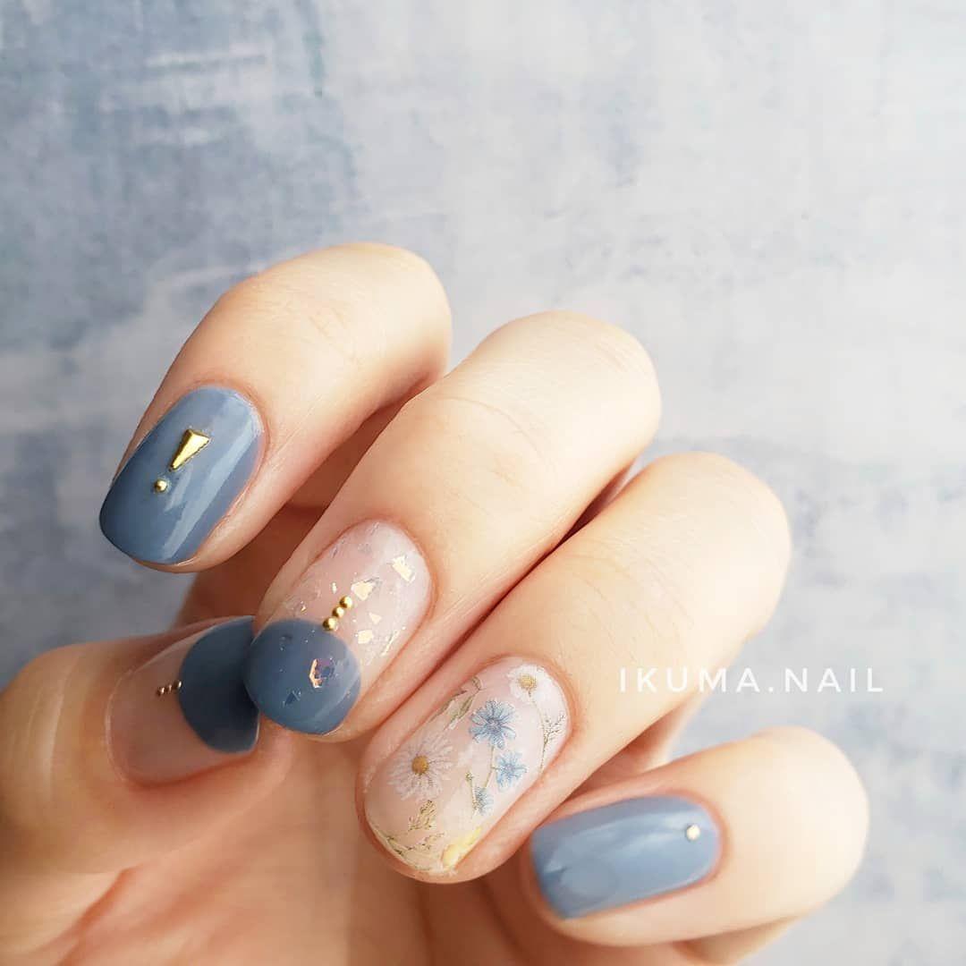ikuma on instagram くすみブルー フラワーネイル ネイルレシピ ベースコートを塗る ちふれ ベースコート 1度塗り 親指 人差し フラワーネイル ネイル ブルーネイルデザイン