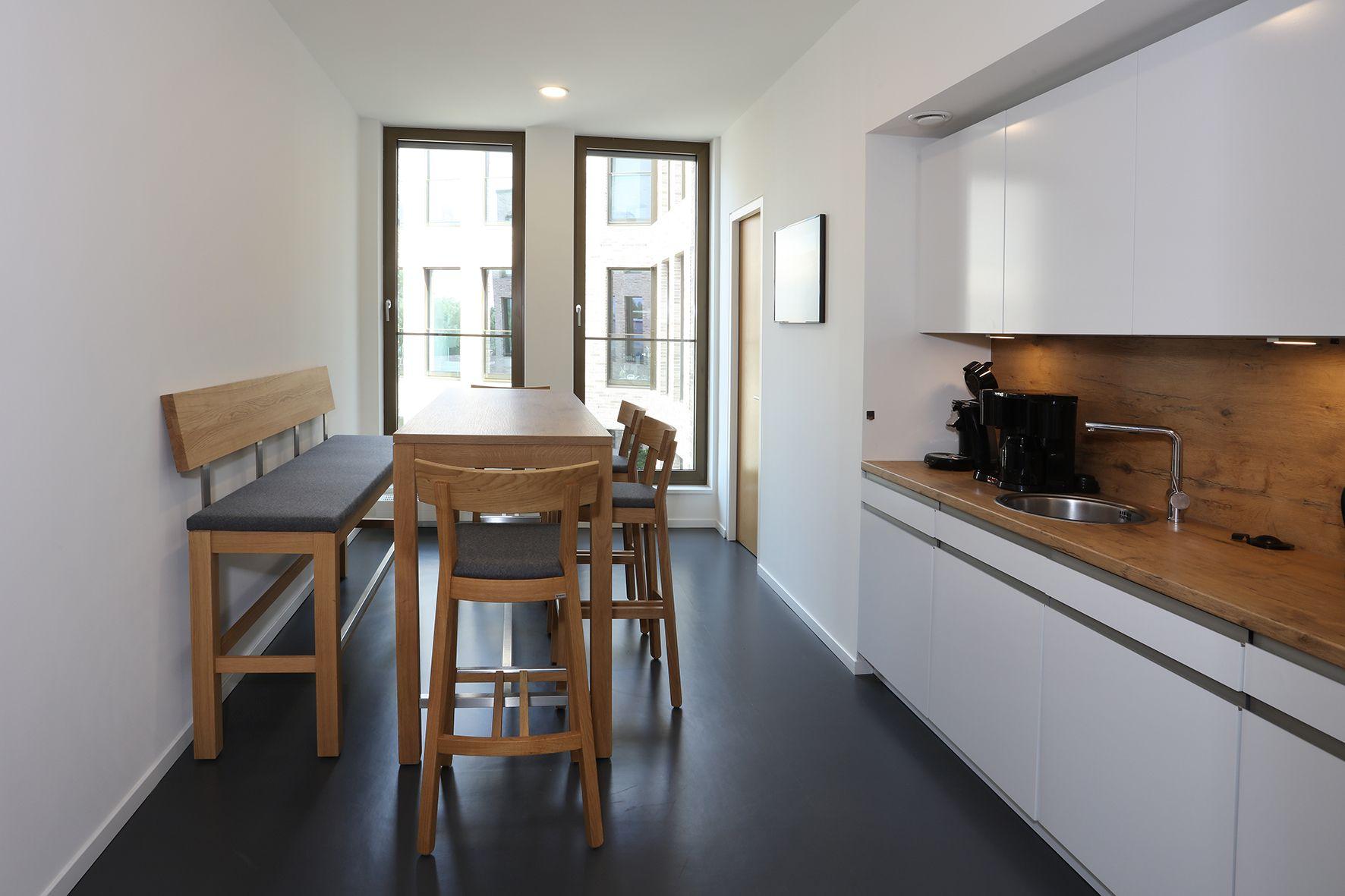 die moderne teek che kommunikation in angenehmer. Black Bedroom Furniture Sets. Home Design Ideas