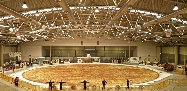 10 Foods That Should Ve Been Placed In Museums Worlds Largest Pizza Large Pizza Big Pizza