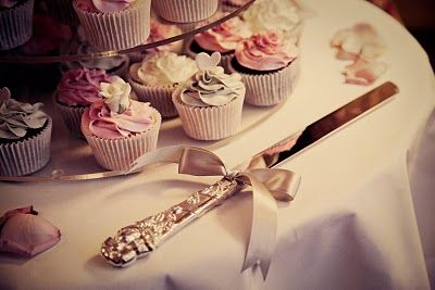 Shabby chic cupcakes wedding cake - wedding photography by Elisabeth Perotin
