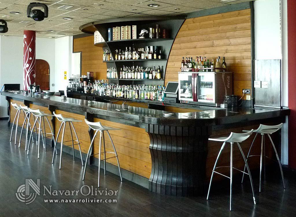 Barra de bar y mueble botellero trasero for Mobiliario moderno