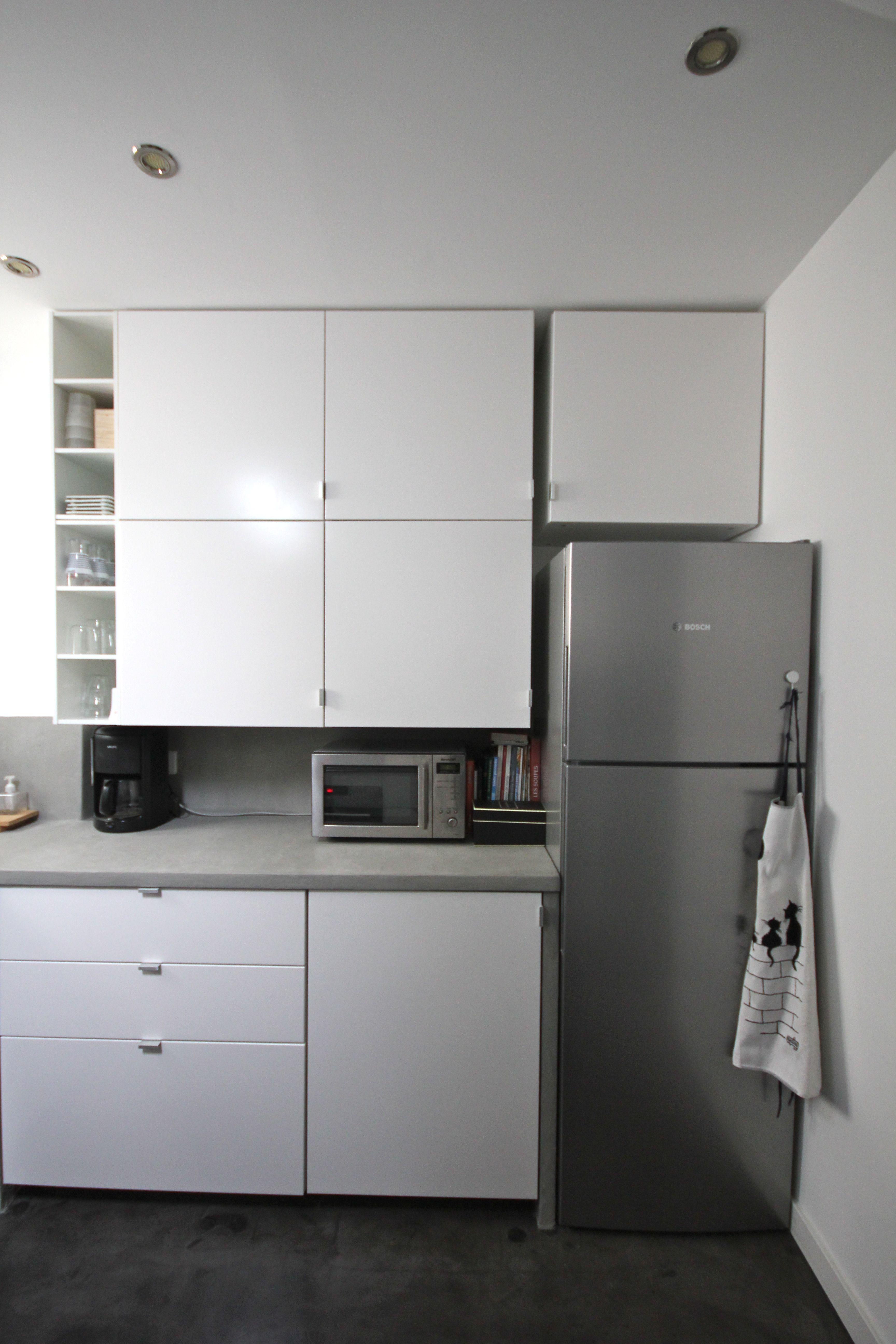 cuisine moderne et pur e en blanc mat et b ton cir flanelle jeu de cubes pour les meubles. Black Bedroom Furniture Sets. Home Design Ideas