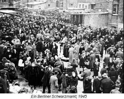 Die Fotografie des Zeitzeugen Karl Deutmann zeigt eine Szene auf einem Berliner Schwarzmarkt 1945.