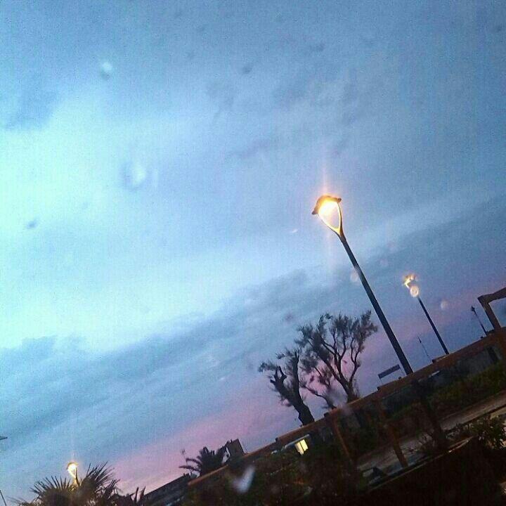 La quiete dopo la tempesta. Un tramonto in rosa dopo una bufera di vento e pioggia
