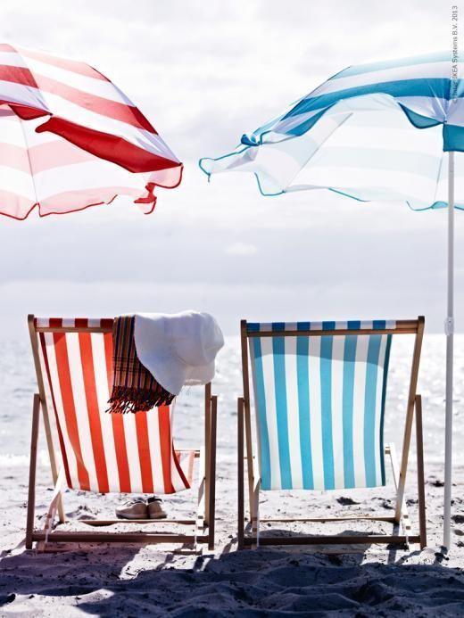 Beach chairs and umbrellas Sillas y sombrillas de playa · wwwchic - sillas de playa