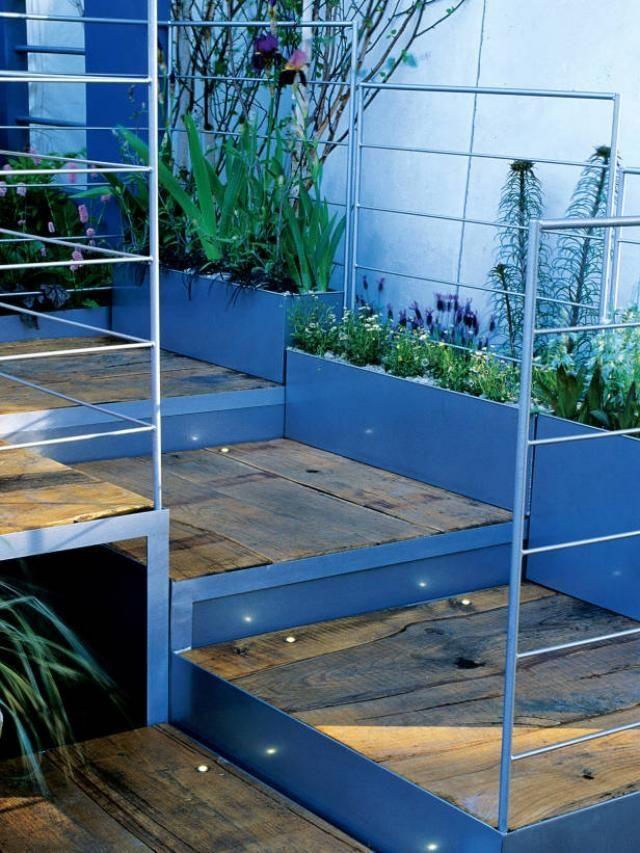 geometrische Holztreppe-im Garten-mit geländer-design - terrassen gelander design